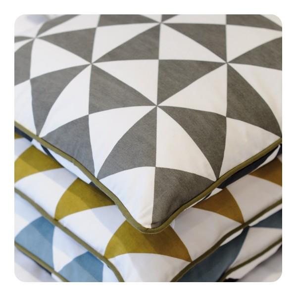 coussin geometrique. Black Bedroom Furniture Sets. Home Design Ideas